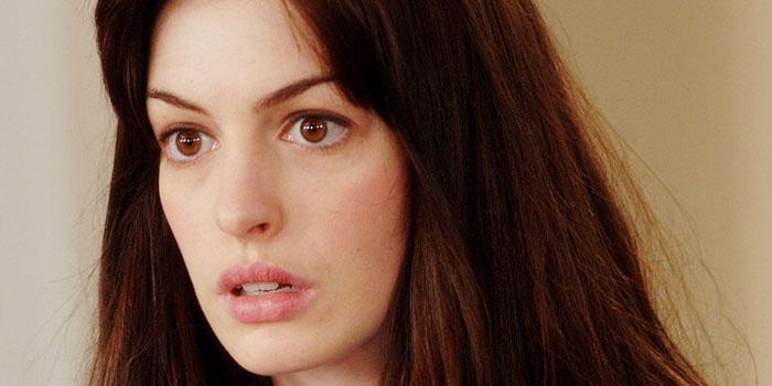 """Anne Hathaway y los alienígenas de """"The shower"""""""